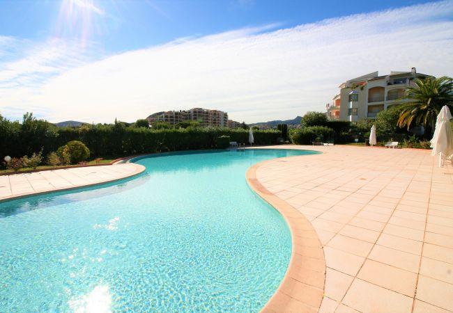 Appartement à Mandelieu-la-Napoule - APPARTEMENT 50m² - WIFI-PARKING-PISCINE-PROCHE MER & COMMERCES [265la]