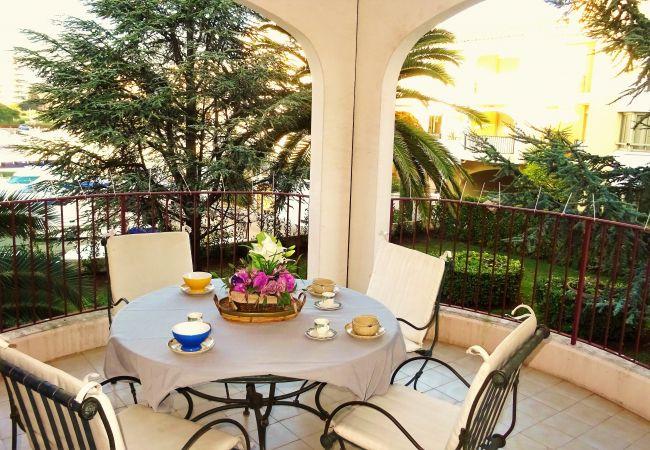 Appartement à Mandelieu-la-Napoule - APPARTEMENT IDÉAL COUPLE avec ENFANTS - VUE MARINA - PISCINE - WIFI - PARKING - PROCHE MER ET COMMERCE [427la]