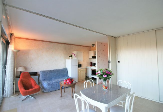 Studio à Mandelieu-la-Napoule - STUDIO - WIFI - PISCINE - PARKING [OST3359]